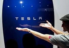 Een_heuse_Tesla_aan_de_muur.jpg