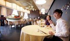 Vliegende_schotels_serveren_in_restaurants_Singapore.jpg
